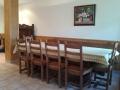 El txoko, hermosa mesa en el salón de la planta baja